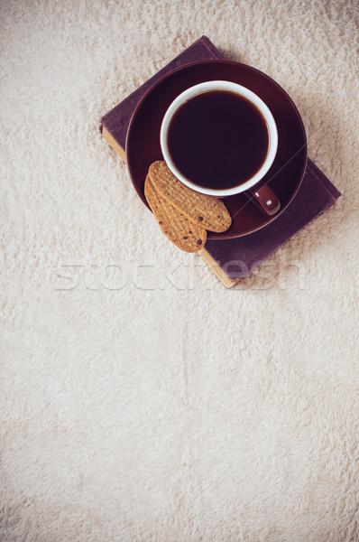 Zwarte koffie beker cookies home vloer boek Stockfoto © manera