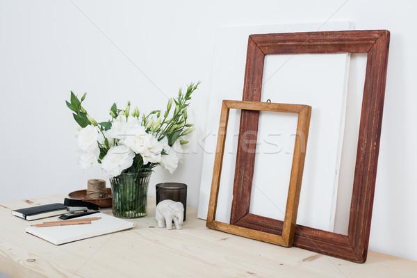 Weiß zeitgenössischen feminine Arbeit Schreibtisch Blumen Stock foto © manera