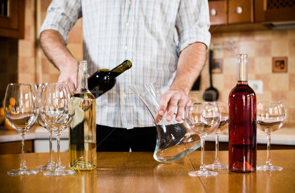 Vino rosso uomo bottiglia home interno cucina Foto d'archivio © manera