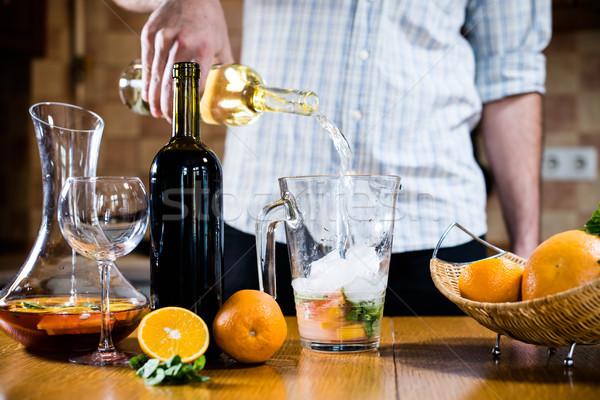 Férfi áramló fehérbor bögre készít otthon Stock fotó © manera