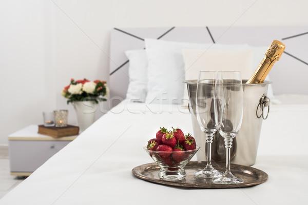 Pezsgő ágy hotelszoba jég vödör szemüveg Stock fotó © manera