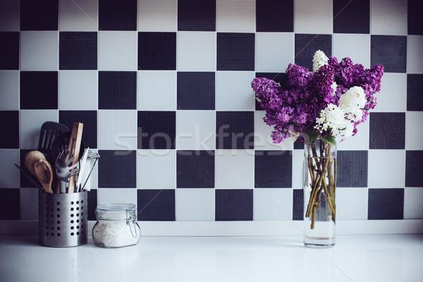 Wazon kuchnia przybory wiosną bukiet stół kuchenny Zdjęcia stock © manera