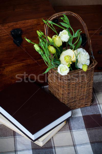 クローズアップ 花束 黄色の花 バスケット 図書 ストックフォト © manera