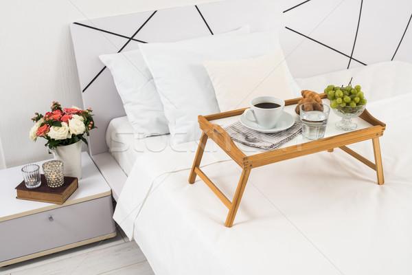 Ontbijt bed dienblad koffie vruchten croissants Stockfoto © manera