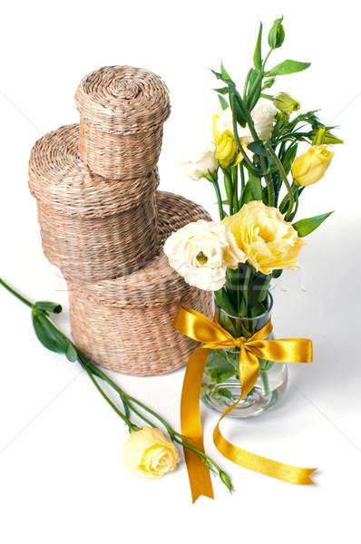 Osier cases fleurs trois fleurs jaunes Photo stock © manera