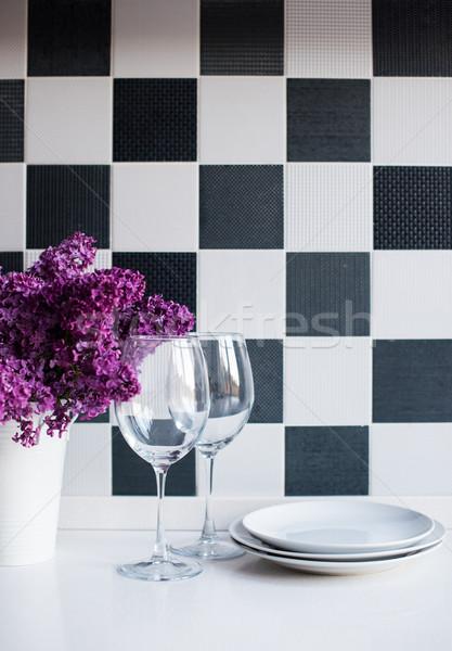 Váza szemüveg tavasz virágcsokor konyhaasztal fal Stock fotó © manera