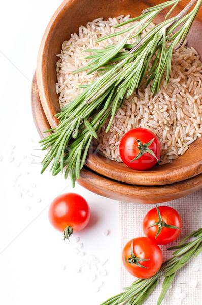 Friss vegetáriánus étel paradicsomok rizs rozmaring fából készült Stock fotó © manera