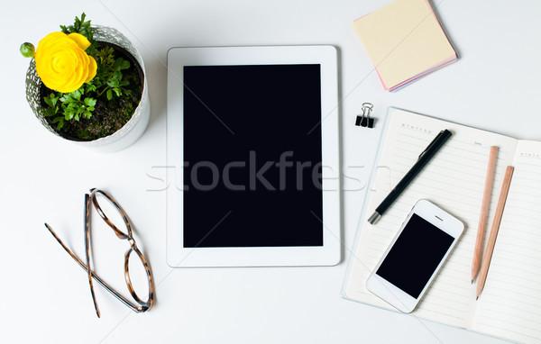 Ev ofis masaüstü tablet gözlük akıllı Stok fotoğraf © manera