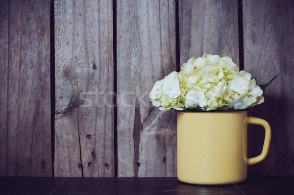 Flores branco flor amarelo esmalte caneca Foto stock © manera