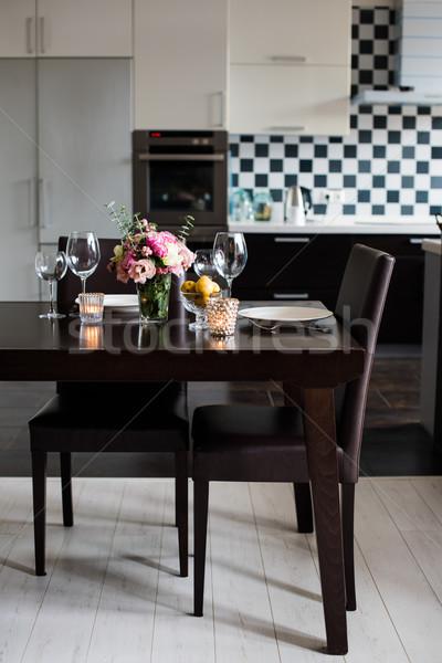 Foto stock: Mesa · de · jantar · conjunto · flores · velas · óculos · interior