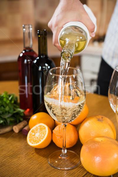 Homem vinho branco garrafa vidro casa interior da cozinha Foto stock © manera