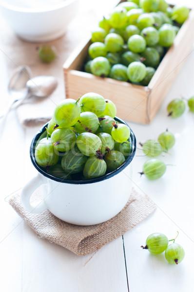 Taze olgun yeşil emaye kupa ahşap Stok fotoğraf © manera