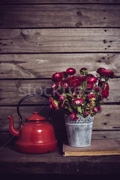 Piros virágok fogzománc bogrács rusztikus konzerv váza Stock fotó © manera