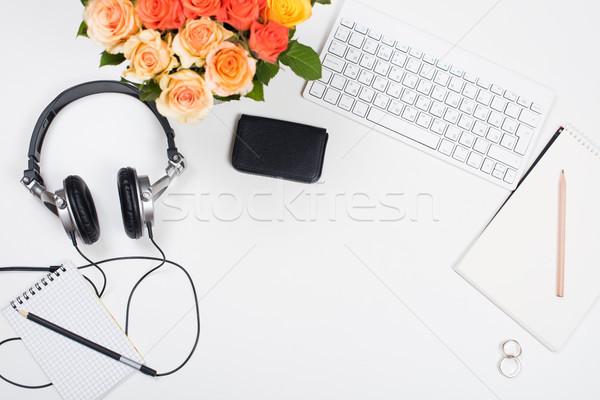 Stock fotó: Nőies · asztal · munkaterület · rózsák · startup · számítógép · billentyűzet
