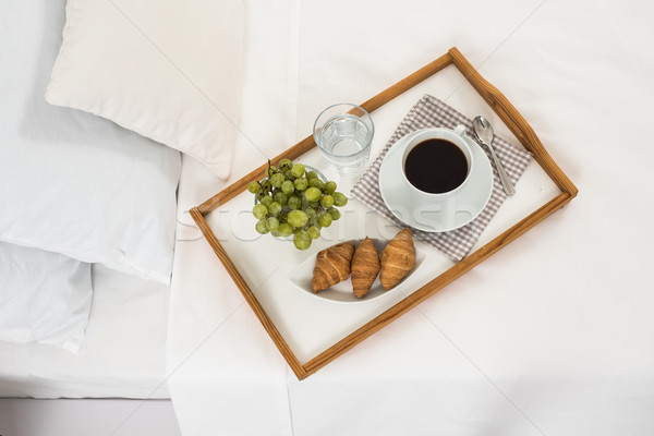 Café da manhã cama bandeja café frutas croissants Foto stock © manera