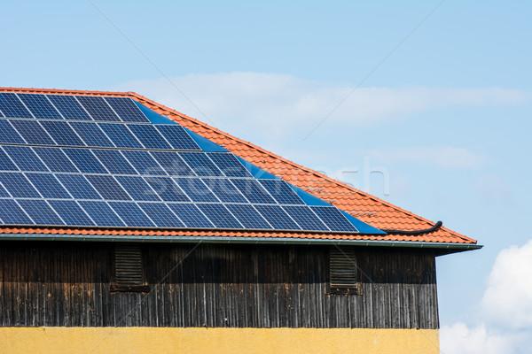Groene energie schepping zonnepanelen dak schuur technologie Stockfoto © manfredxy