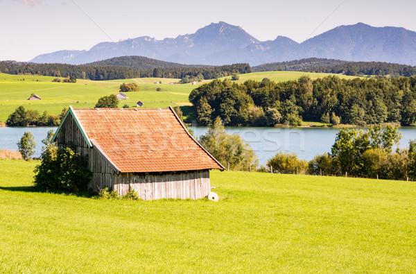 Granero lago montana montanas pradera paisaje Foto stock © manfredxy