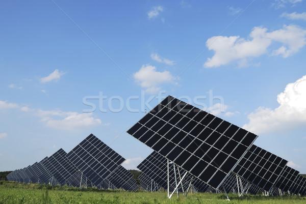 Energii ze źródeł odnawialnych ogromny panele słoneczne niebo trawy dziedzinie Zdjęcia stock © manfredxy