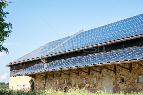 Groene energie zonnepanelen oude agrarisch gebouw technologie Stockfoto © manfredxy