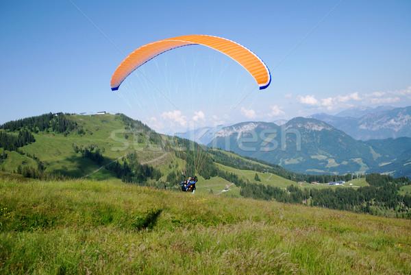 Siklórepülés narancs hegyek szabadság szabad ejtőernyő Stock fotó © manfredxy
