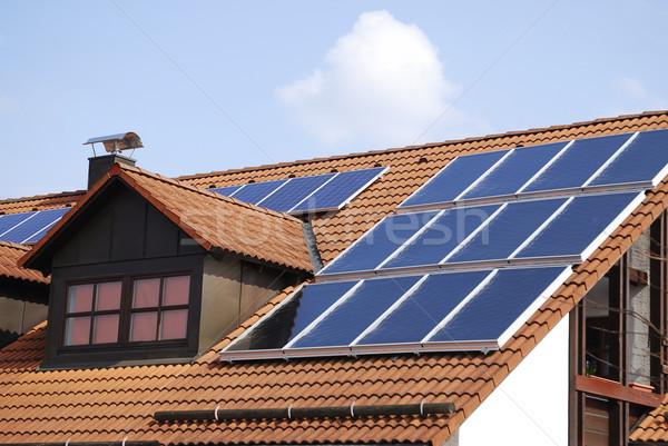 Fotovoltaica casa telhado tecnologia energia ecologia Foto stock © manfredxy