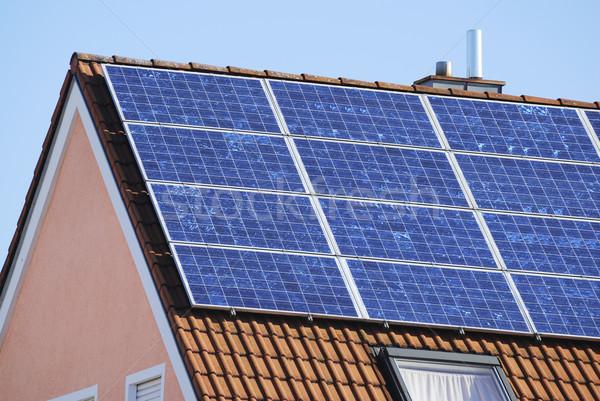 Hernieuwbare energie huis zonnepanelen productie gebouw energie Stockfoto © manfredxy