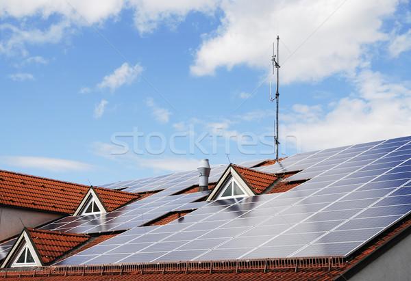 Innovatieve huis dak fotovoltaïsche milieu antenne Stockfoto © manfredxy