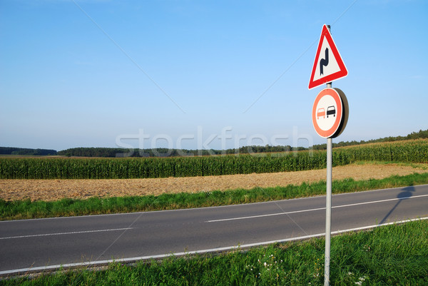 ストックフォト: 交通標識 · 風景 · 道路 · 車 · 青 · 赤