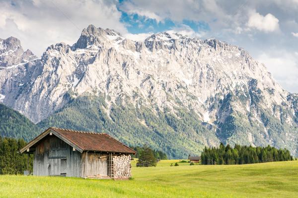 Alpino celeiro montanha alcance grama Foto stock © manfredxy