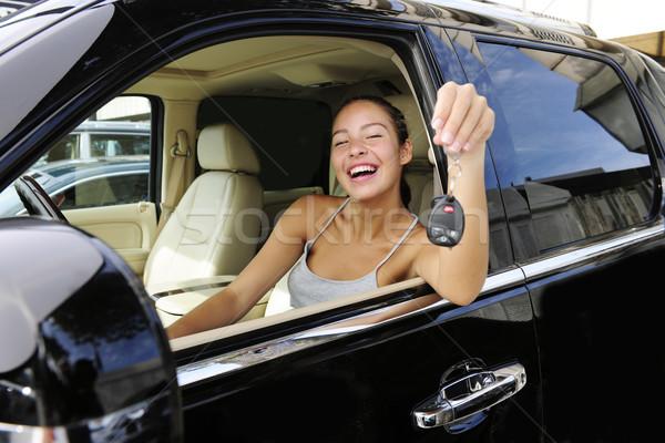 Vrouw tonen sleutels nieuwe 4x4 voertuig Stockfoto © mangostock