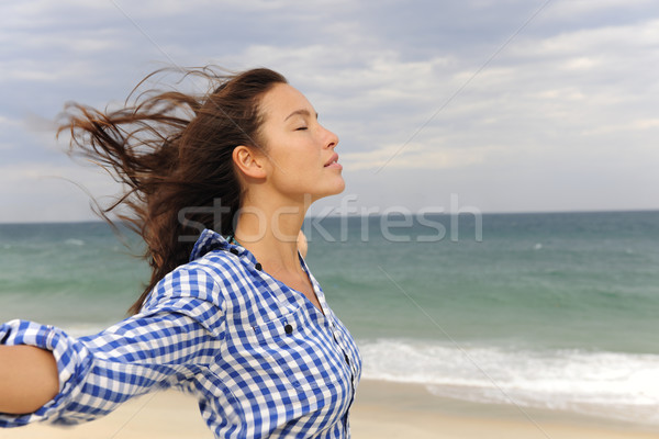 Vrouw genieten wind zee vrijheid strand Stockfoto © mangostock