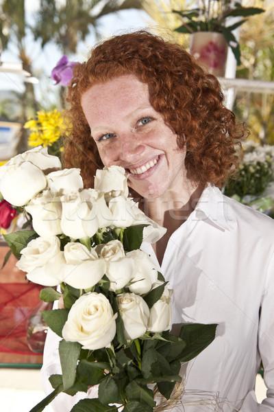 Mujer compra flores flor tienda feliz Foto stock © mangostock