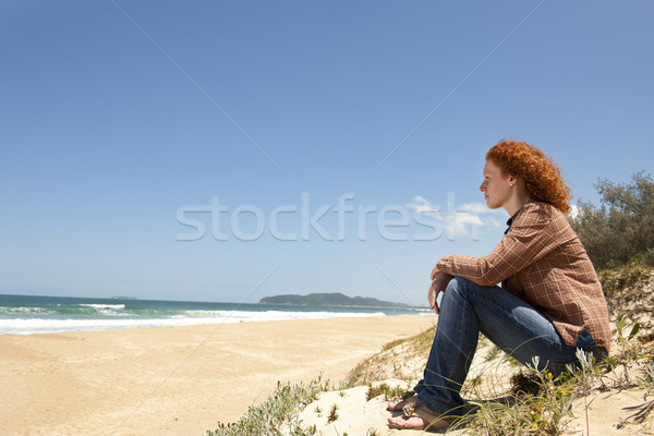 Peinzend vrouw vergadering kijken zee strand Stockfoto © mangostock