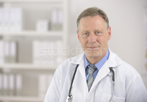 Læge Modne mandlig læge smiler hjemsted føre et-5619