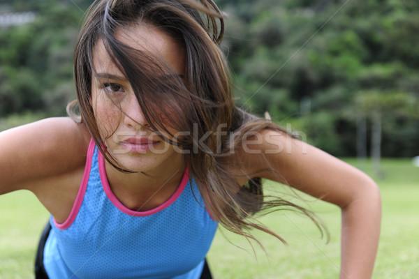 Vrouw aantrekkelijk buitenshuis park Stockfoto © mangostock