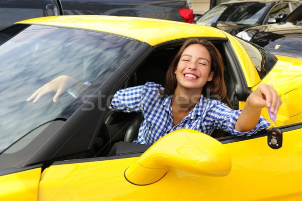 Vrouw tonen sleutels nieuwe gelukkig Stockfoto © mangostock