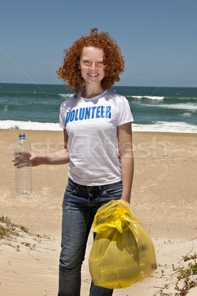 önkéntes gyűjt szemét tengerpart fiatal női Stock fotó © mangostock