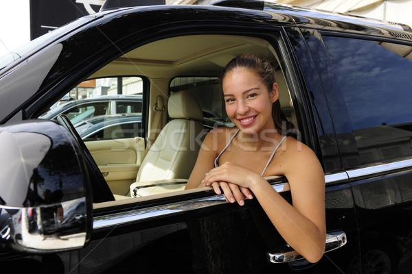 Kobieta posiedzenia wewnątrz nowego 4x4 pojazd Zdjęcia stock © mangostock