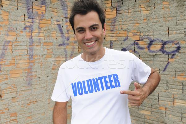 Szczęśliwy mężczyzna wolontariusz portret ściany mężczyzn Zdjęcia stock © mangostock