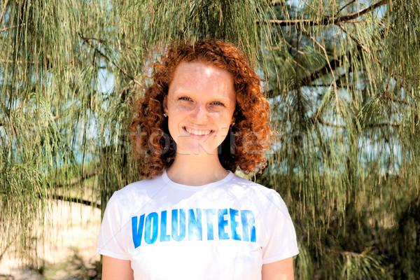 Szczęśliwy wolontariusz dziewczyna uśmiechnięty portret młodych Zdjęcia stock © mangostock