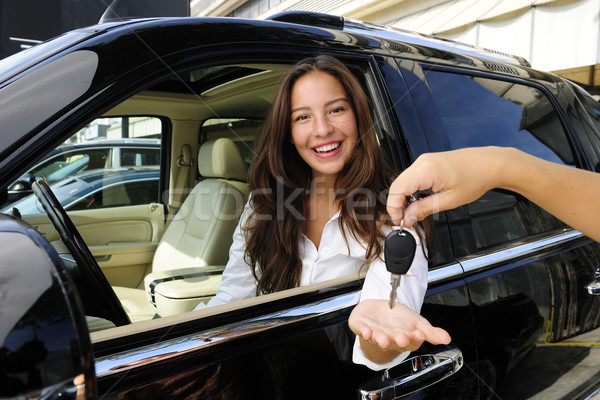 Femme d'affaires touches nouvelle voiture main Homme Photo stock © mangostock
