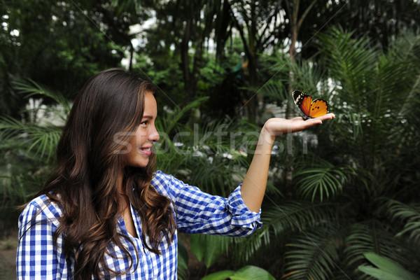 Papillon séance main jeune femme forêt fille Photo stock © mangostock