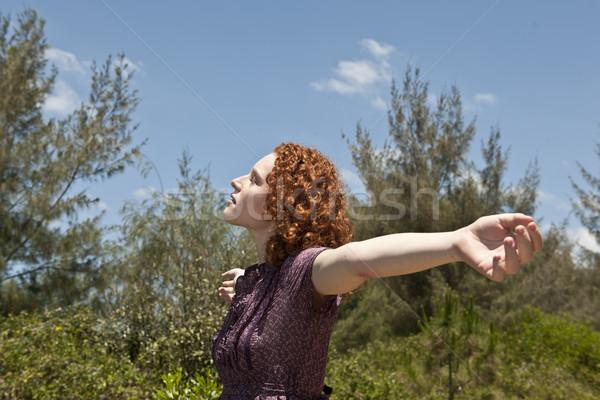 Kobieta wolności charakter broni zielone Zdjęcia stock © mangostock