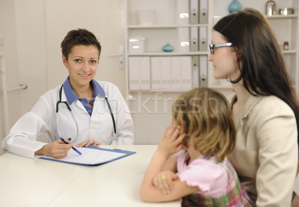Pediatra mówić matka dziecko biuro uśmiech Zdjęcia stock © mangostock