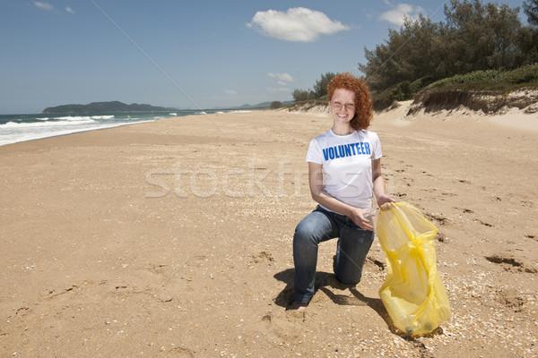 Vrijwilliger verzamelen vuilnis strand jonge vrouwelijke Stockfoto © mangostock