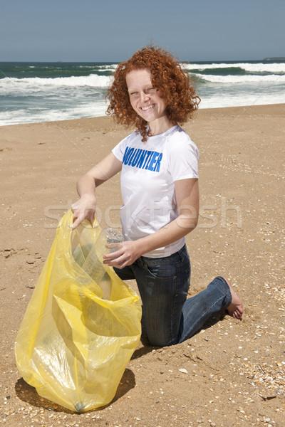 Plaży czyste w górę wolontariusz odpadów Zdjęcia stock © mangostock