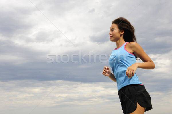 Vrouw lopen strand gelukkig buitenshuis sport Stockfoto © mangostock