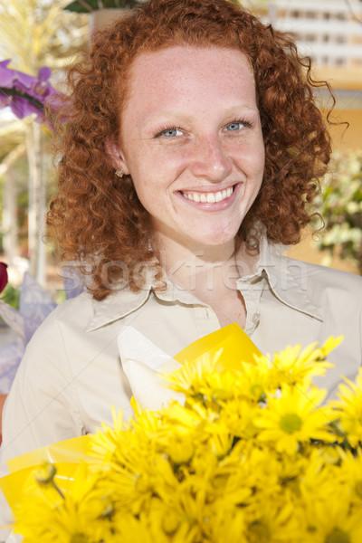 Photo stock: Femme · fleurs · jaunes · heureux · fleurs