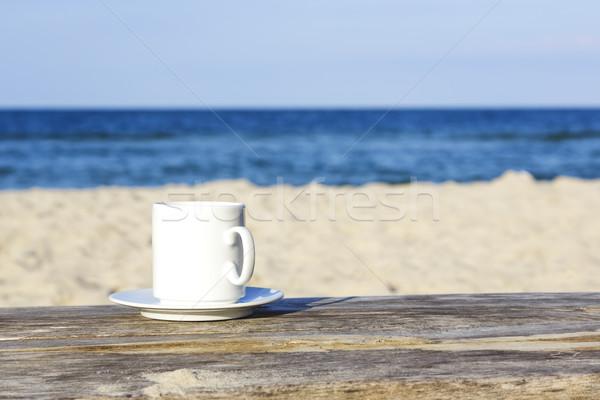 Beyaz kupa tablo ahşap masa kum plaj Stok fotoğraf © marekusz