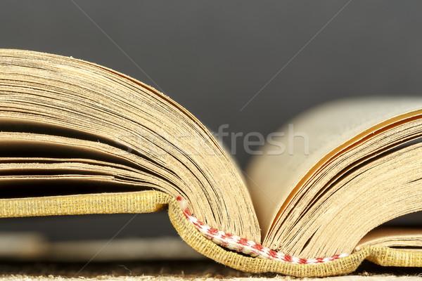 Régi könyv nyitva felfelé zárt papír könyv Stock fotó © marekusz